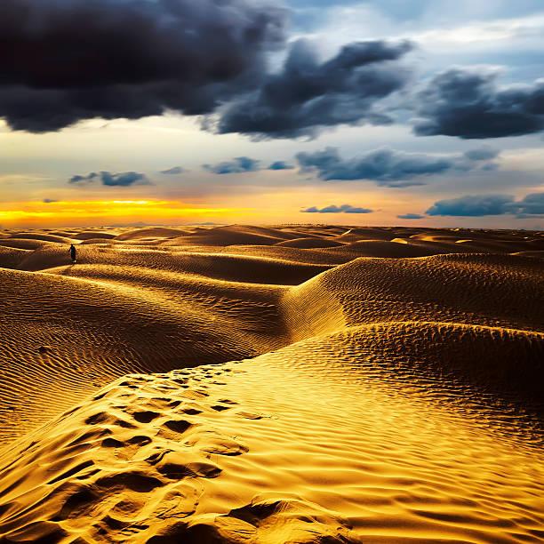 Atardecer en el desierto del Sahara-Douz, Túnez. - foto de stock