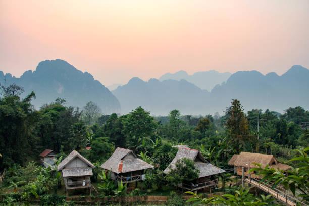 sonnenuntergang in vang vieng, laos - vang vieng stock-fotos und bilder