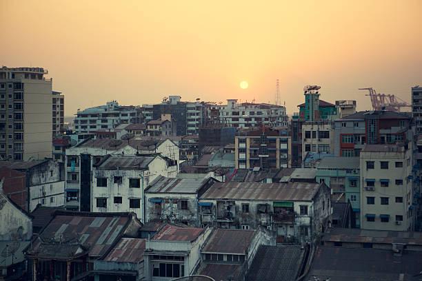 zachód słońca w yangon - burma home do zdjęcia i obrazy z banku zdjęć