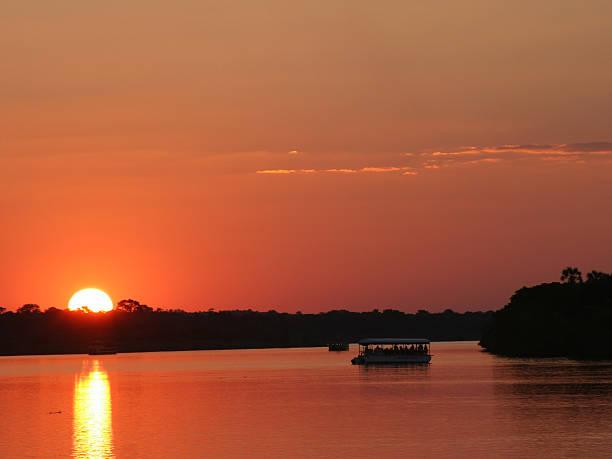 sonnenuntergang in simbabwe über sambesi - fluss sambesi stock-fotos und bilder
