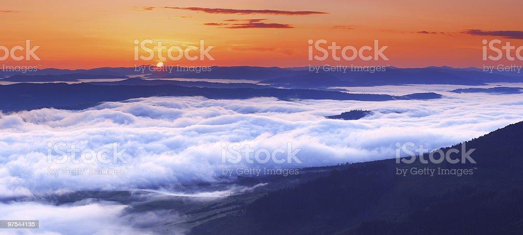 Coucher de soleil dans les montagnes photo libre de droits