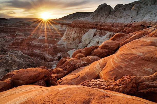 sonnenuntergang landschaft von paria rimrocks, utah, usa - canyon stock-fotos und bilder
