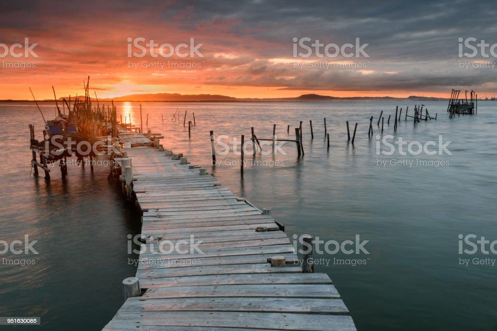 Sonnenuntergang Landschaft des handwerklichen Angelboote/Fischerboote in den alten hölzernen Pier. – Foto