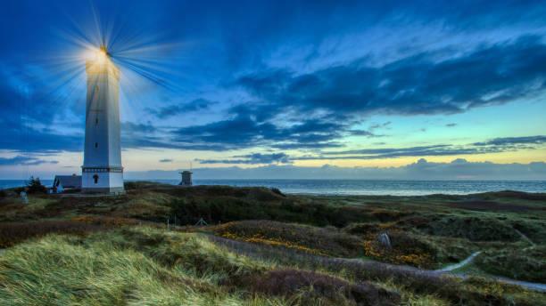 Sunset Leuchtturm und Bunker an einem Strand in Dänemark – Foto