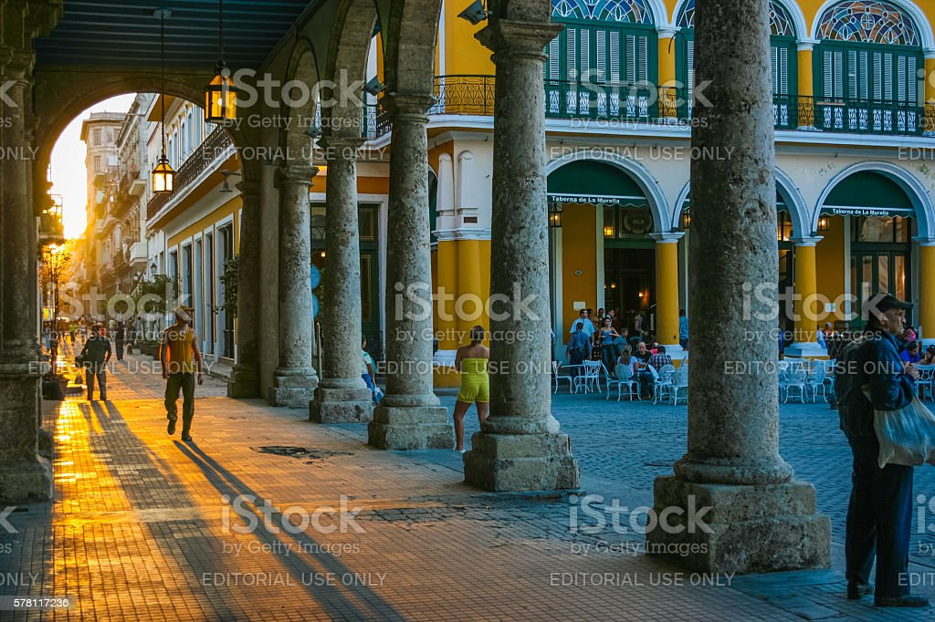 Sunset light under the arches of Plaza Vieja, Cuba - foto de stock
