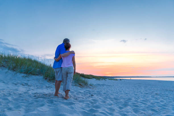 Sonnenuntergang – Reifes Paar am Strand – Foto