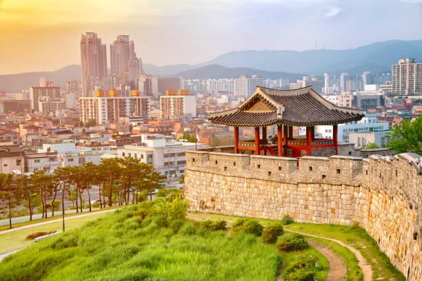 zonsondergang van hwaseong vesting is een joseon dynastie rond het centrum van de stad suwon, zuid-korea. - korea stockfoto's en -beelden