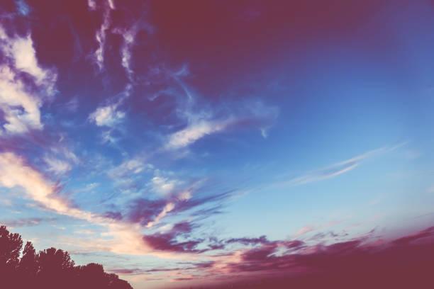 puesta de sol de colores intensos. - monse del campo fotografías e imágenes de stock