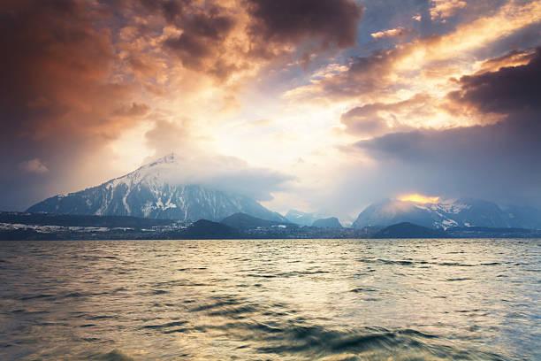 sonnenuntergang von schweizer pyramide - thun switzerland stock-fotos und bilder