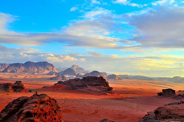 coucher du soleil de wadi-rum - jordan photos et images de collection
