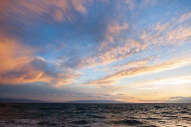 zonsondergang op een meer in mongolië - twilight stockfoto's en -beelden