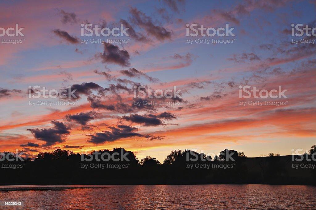 Tramonto su un lago foto stock royalty-free