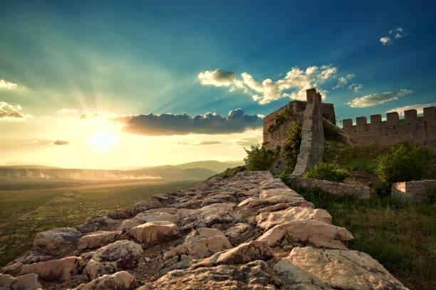 zonsondergang op de oude ruïnes van blagaj fort, bosnia and herzegovina - versterkte muur stockfoto's en -beelden