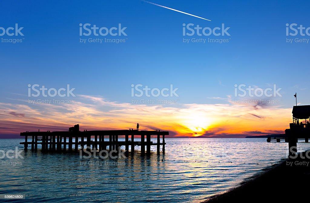 Sonnenuntergang über das Schwarze Meer mit einem Flug spur – Foto