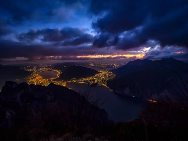 zonsondergang op lecco stad en het comomeer - lecco lombardije stockfoto's en -beelden