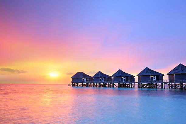 pôr do sol na ilha das maldivas, villas resort água - laguna - fotografias e filmes do acervo