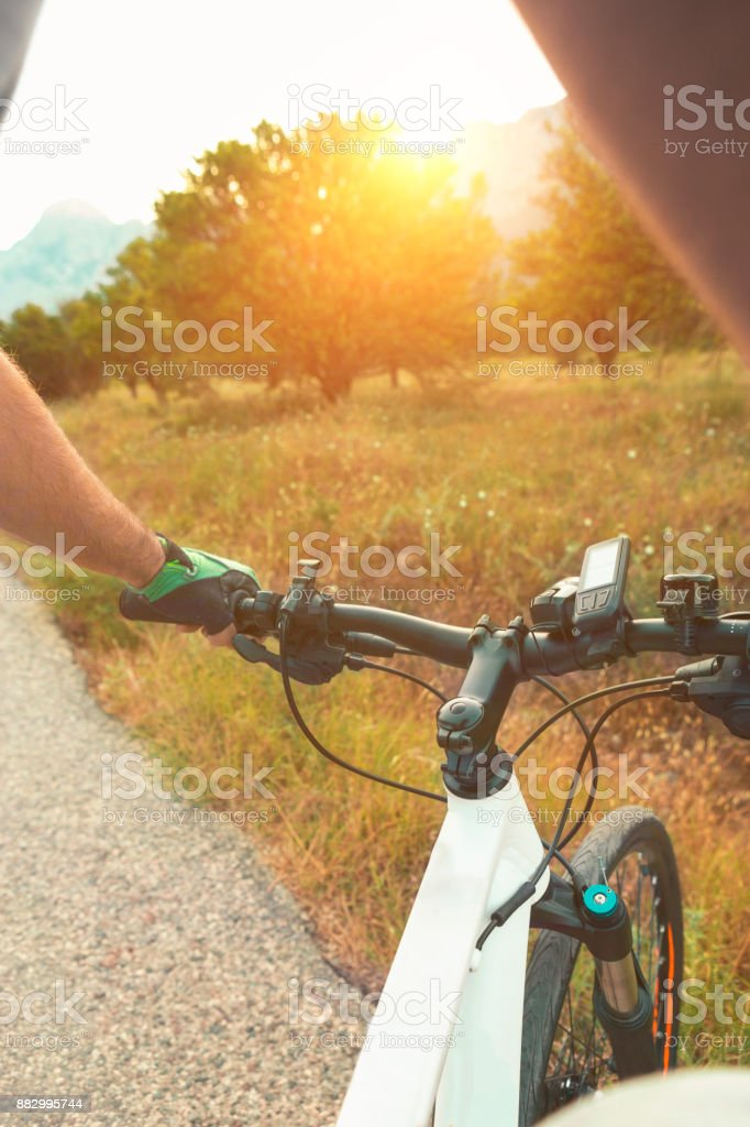 Sonnenuntergang am Mountainbike – Foto