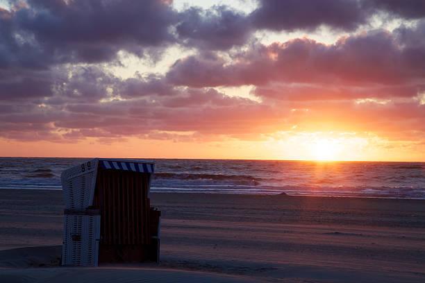 sunset cup coral uhr nordssestrand - urlaub norderney stock-fotos und bilder