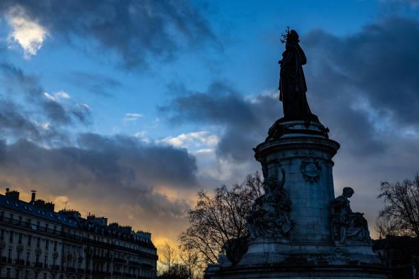 sunset on place de la république, paris - république photos et images de collection