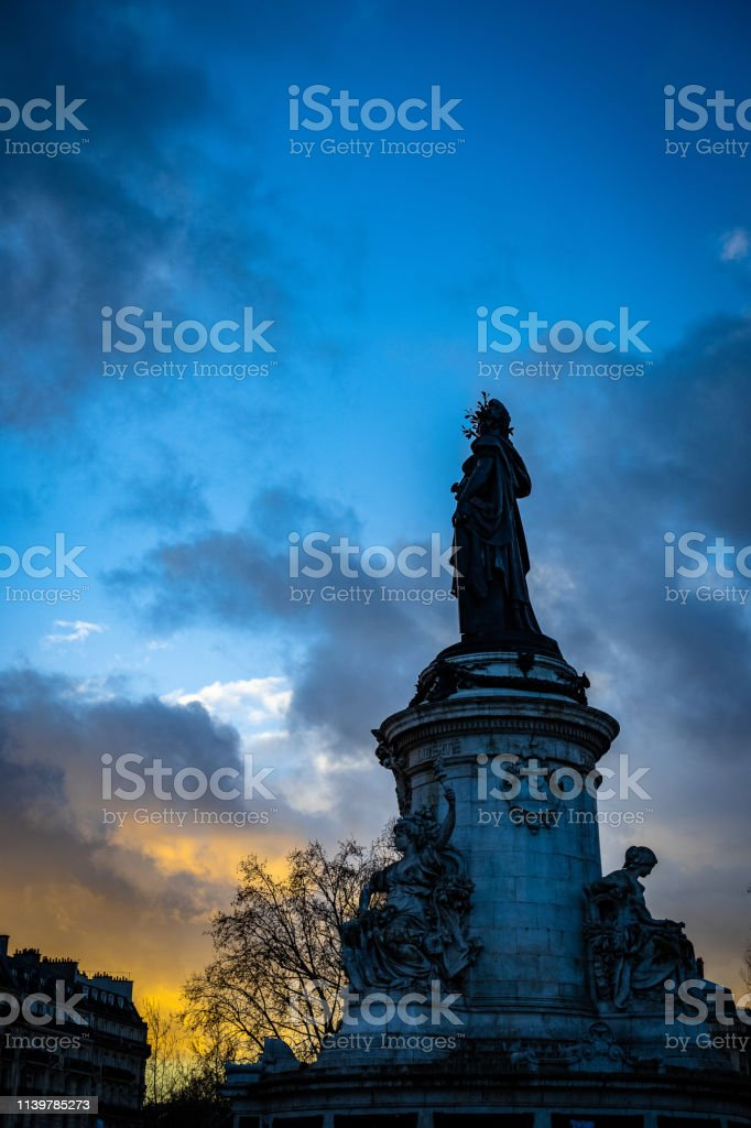 Sunset on Place de la République, Paris photo libre de droits