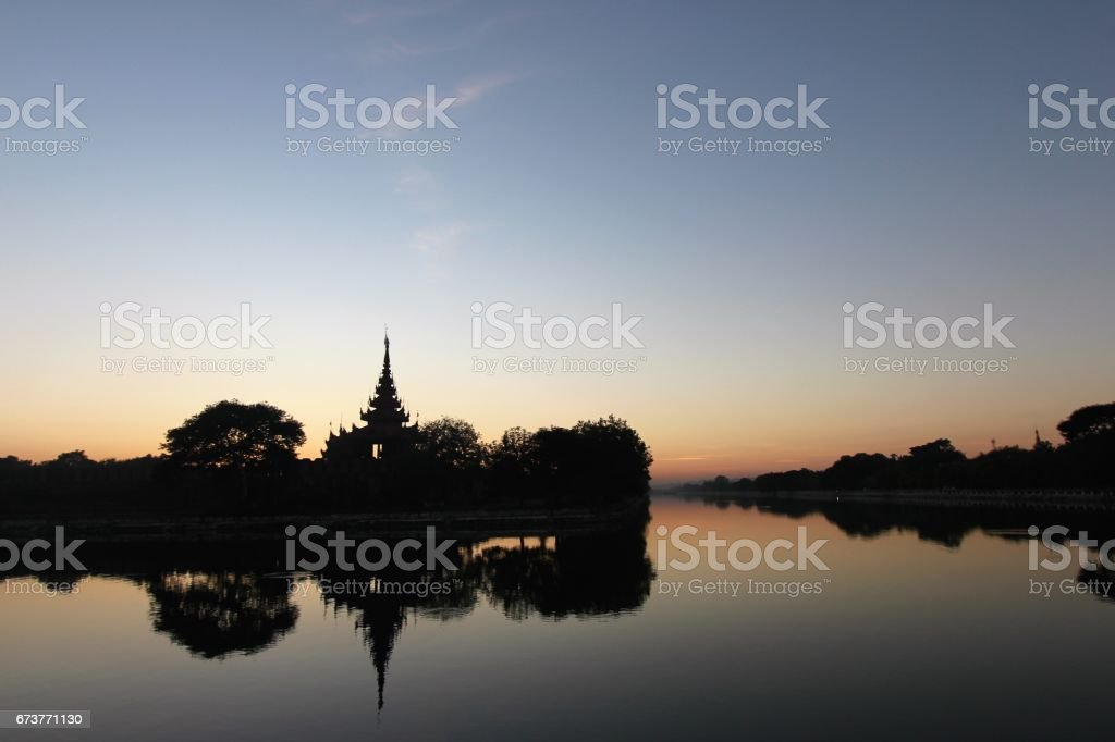 Sunset on temple by river in Mandalay, Myanmar. photo libre de droits