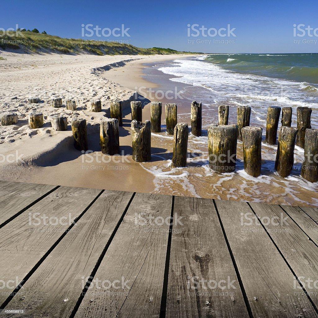 Atardecer En La Playa Vacía Y Terraza De Madera Para Tomar