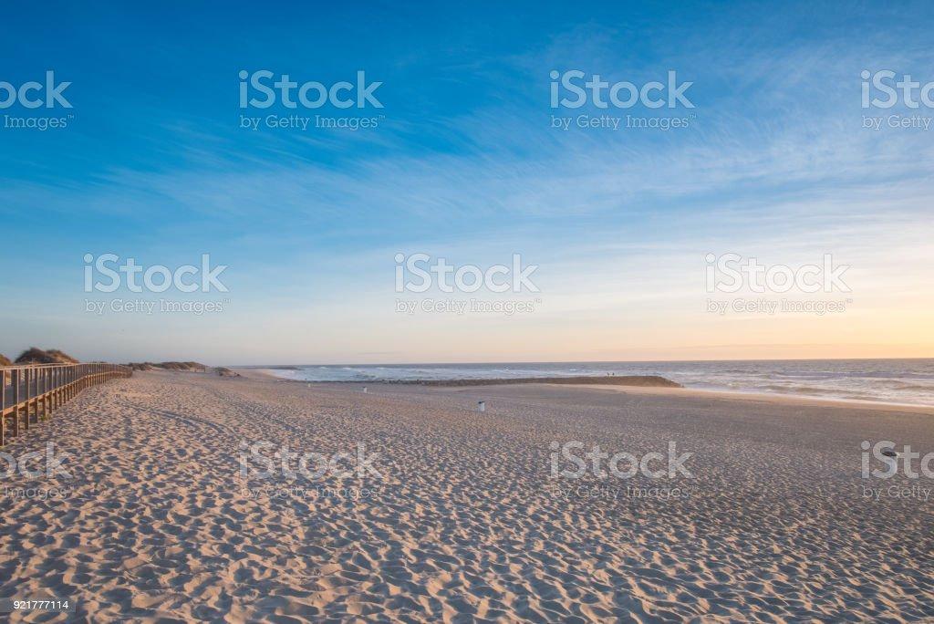 Atardecer en la playa de Costa Nova. Aveiro, Portugal - foto de stock