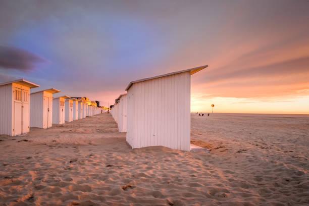 puesta de sol en la playa de ostende - bélgica fotografías e imágenes de stock