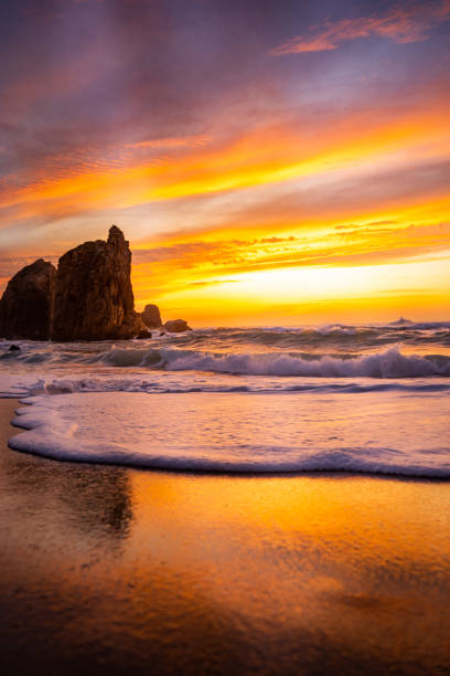 Sunset on the beach Wavy sea, horizon and sunset on the beach rocky coastline stock pictures, royalty-free photos & images