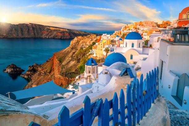 Por do sol na cidade famosa de Oia, Greece, Europa - foto de acervo