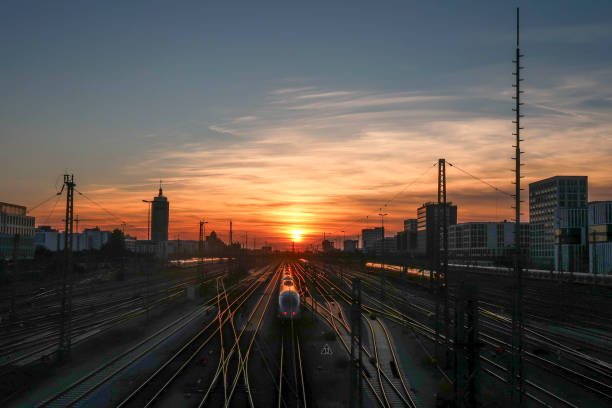 Sonnenuntergang auf der Eisenbahn und der Bahnhof – Foto
