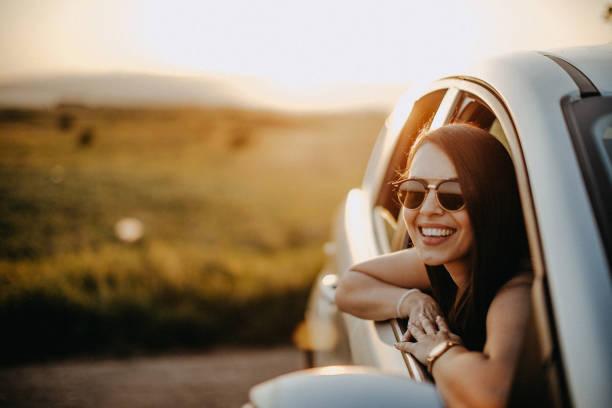puesta de sol sobre el camino - conductor fotografías e imágenes de stock