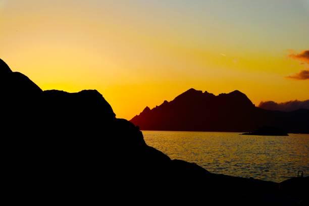 coucher de soleil sur la mer - josianne toubeix photos et images de collection