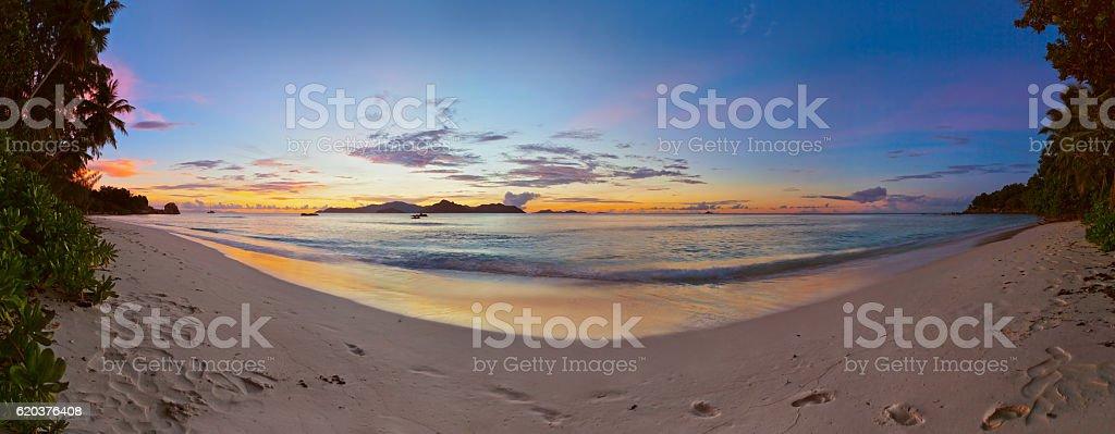 Zachód słońca na tropikalnej plaży-Seszele zbiór zdjęć royalty-free