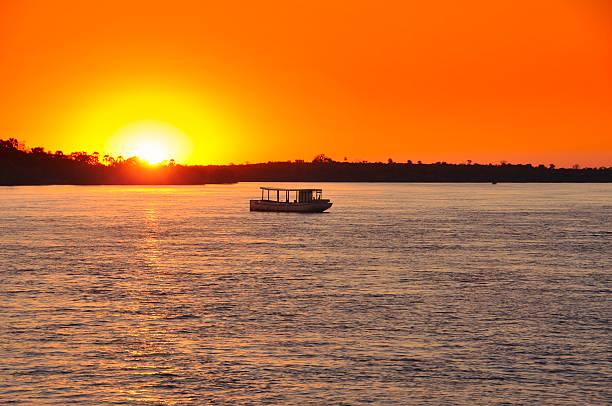 sonnenuntergang auf zambezi - fluss sambesi stock-fotos und bilder