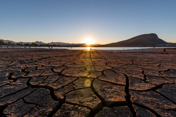 moogerah gölü'nün kurak bir bölümünde gün batımı - kuraklık stok fotoğraflar ve resimler