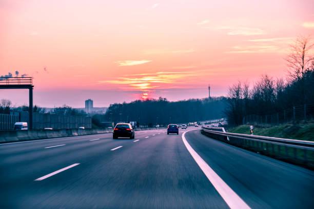 Sonnenuntergang über eine deutsche Autobahn – Foto