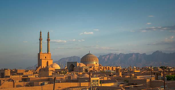 sonnenuntergang über antike stadt yazd, iran - iranische stock-fotos und bilder