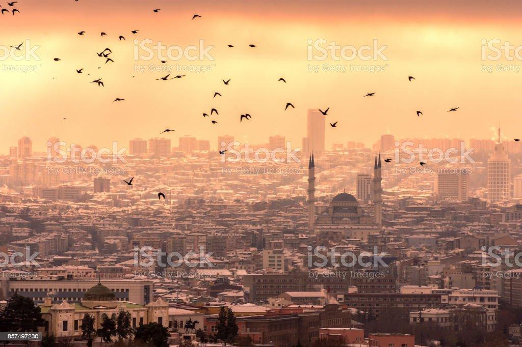 Puesta de sol sobre los cielos de Ankara Turquía. hermoso paisaje con un cielo del atardecer rojo sobre el campo - foto de stock