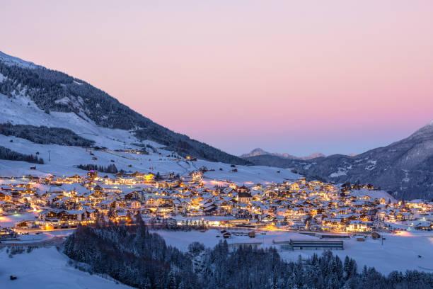 sonnenuntergang über österreichisches dorf fiss im winter - fiss tirol stock-fotos und bilder