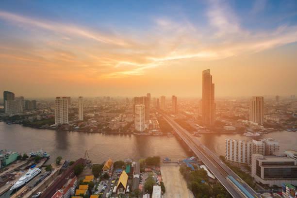 日落在曼谷城市街市與河彎曲的空中視圖圖像檔