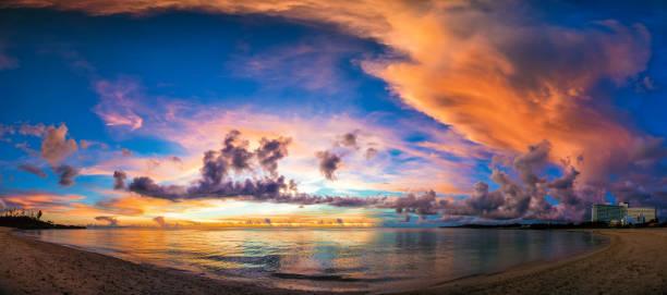 puesta de sol sobre el panorama de la playa - 360 fotografías e imágenes de stock