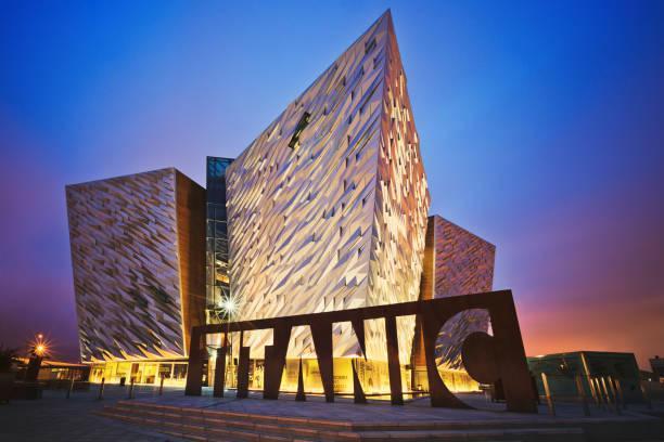 Puesta de sol sobre Belfast Titanic, Belfast, Irlanda del norte, Reino Unido - foto de stock