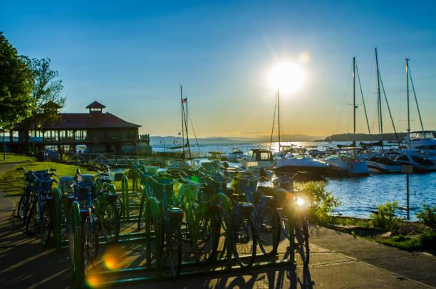Sonnenuntergang über Fahrrädern und Booten – Foto