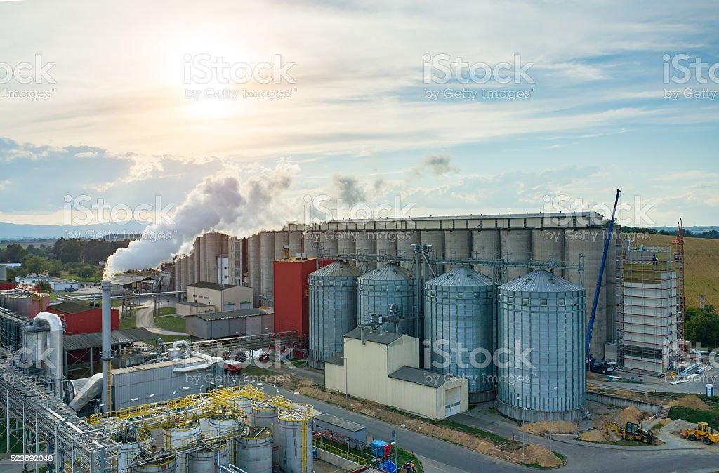 Puesta de sol sobre combustible biológico fábrica - foto de stock