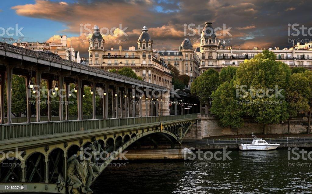 Coucher de soleil sur le pont de Bir-Hakeim à Paris - Photo