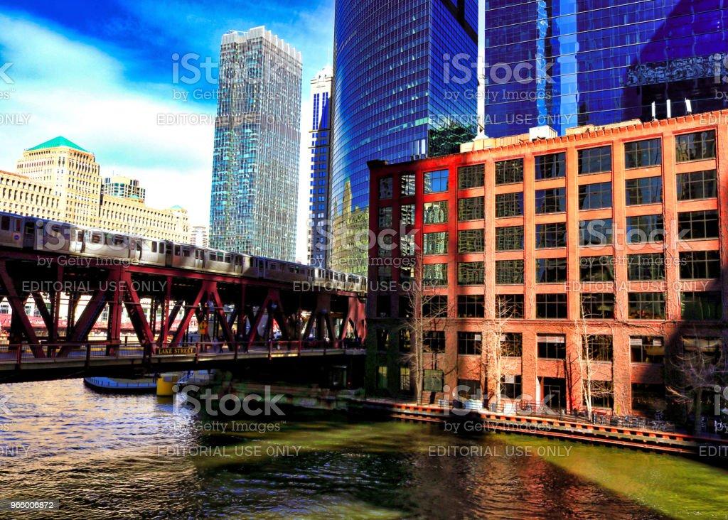 Zonsondergang over de Chicago River, met reflecties op het water - Royalty-free Avondschemering Stockfoto