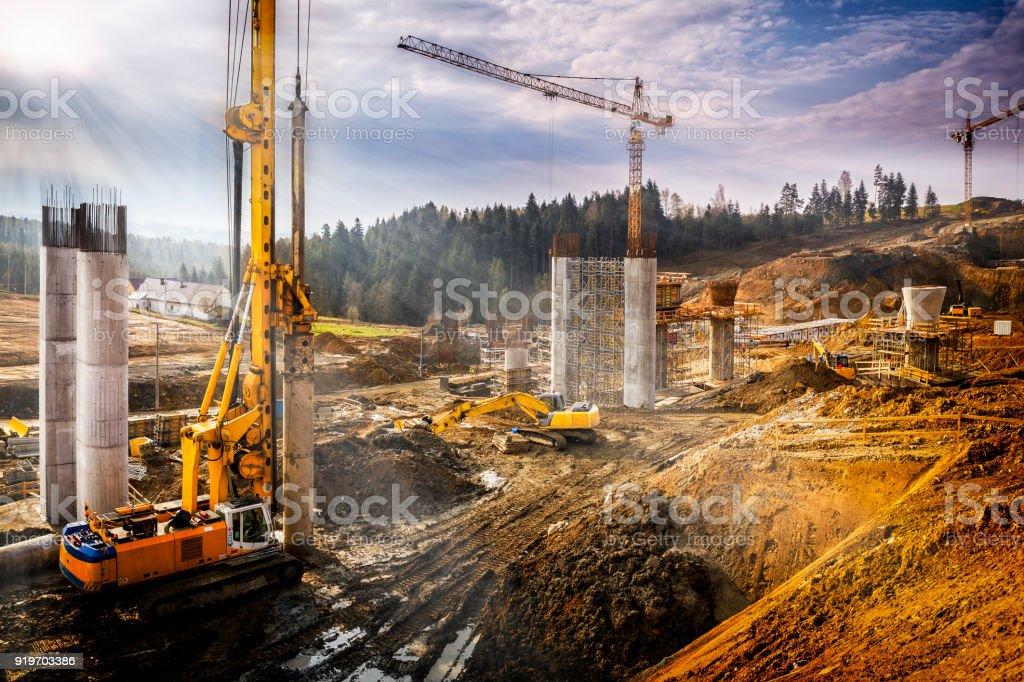 Zonsondergang over de bouw van het viaduct op de nieuwe snelweg van de S7, Polen foto