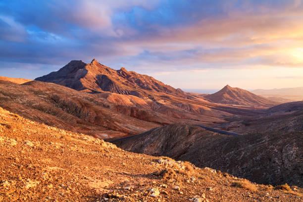 Sonnenuntergang über der Wüste Landschaft von Fuerteventura, Kanarische Inseln – Foto