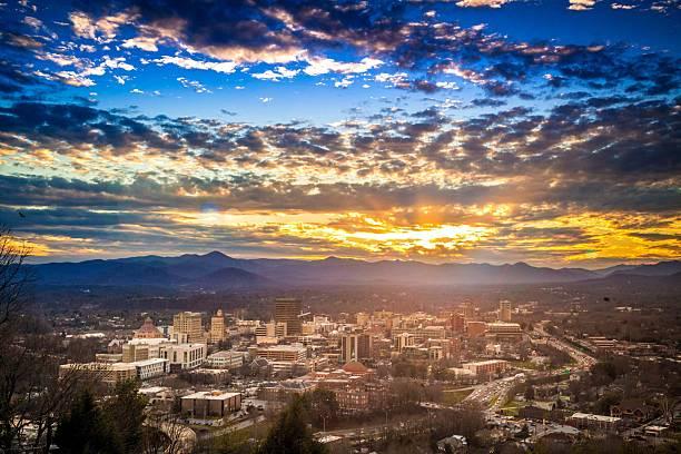 Puesta de sol sobre el centro de la ciudad de Asheville, Carolina del Norte, NC - foto de stock